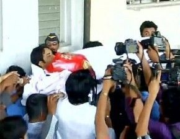 Thể theo nguyện vọng khi còn sống, nữ diễn viên Cô dâu 8 tuổi được mặc váy cưới trong lễ đưa tang.