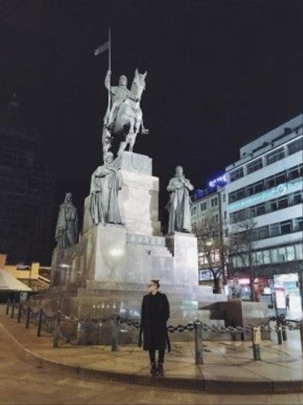 Trong đêm đầu tiên ở Praha, anh chàng đến quảng trường Wenceslas - nơi đánh dấu điểm bắt đầu của khu thương mại chính của thành phố này. Nơi đây tập trung khá nhiều công trình mang nét kiến trúc đương đại thuộc đầu thế kỷ 20 và cũng là địa điểm lý tưởng cho các hoạt động văn hóa - giải trí.