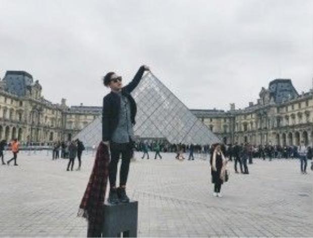 Kim tự tháp kính Louvre được xây bằng kính và kim loại nằm ở giữa sân Napoléon của bảo tàng Louvre, Paris.