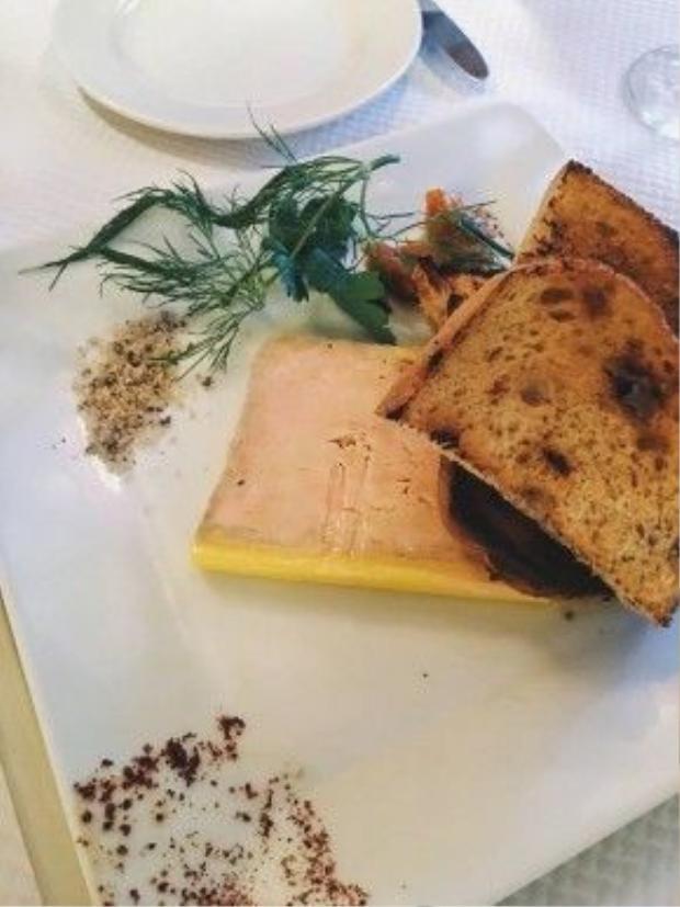 Anh chàng thích thú đăng tải món gan ngỗng, tuy bị cấm tại nhiều nước nhưng ở Pháp, đây là món ăn khá đắt đỏ và được cho phép.