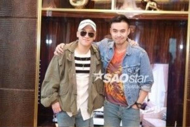 Seungri chụp ảnh cùng Đỗ Hoàng Minh, là người bạn mời nam ca sĩ đến Việt Nam.