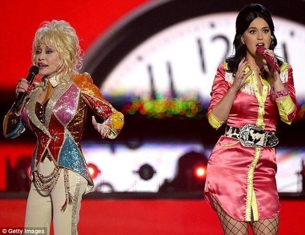 Katy Perry gây bất ngờ khi hát nhạc đồng quê cùng huyền thoại Dolly Parton
