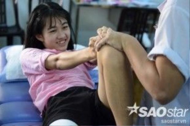 Sau những buồn bã vì bị mất một chân, Hà Vi giờ đây đã nở nụ cười và vui vẻ trong phòng tập, tình thần ngày một ổn định hơn.