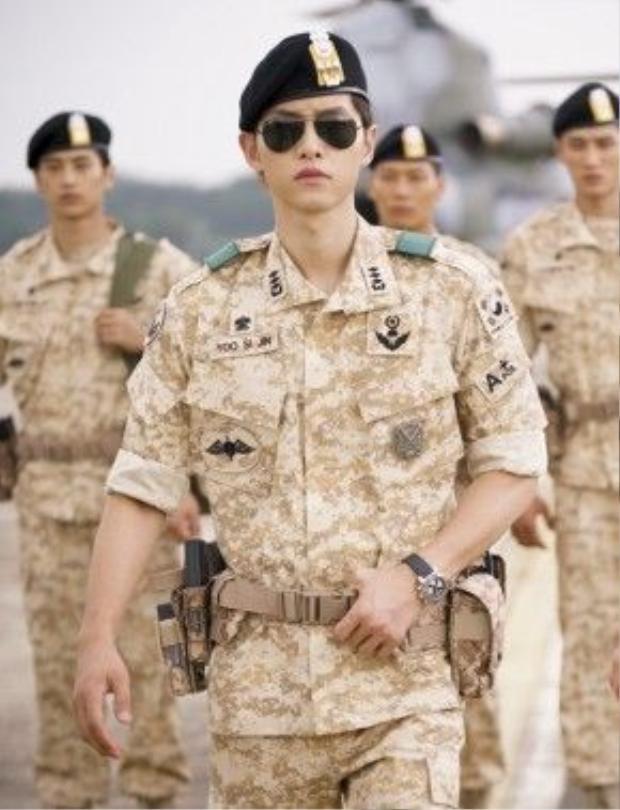 """Hình ảnh quân nhân trong tờ tiền âm phủ chính là hình ảnh đại úy Yoo Shi Jin do Song Joong Ki thủ vai trong """"Hậu duệ mặt trời""""."""