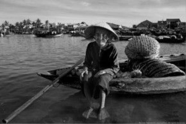 Cụ bà chèo đò trên sông Thu Bồn. Ảnh: Na Sơn.