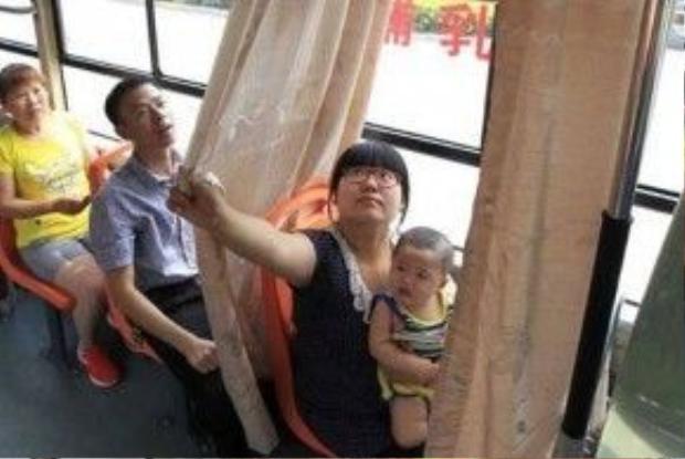 Chuyến xe buýtsố 906 tại Trịnh Châu, Hà Namđã đượctrang bị hệ thống rèm để các mẹ cho con bú.