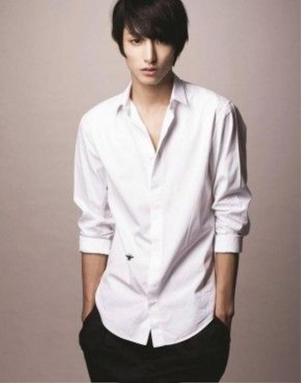 Anh chàng siêu mẫu, diễn viên được mệnh danh là ma cà rồng Lee Soo Hyuk mang vẻ đẹp phi giới tính khi diện sơmi trắng xắn tay, không sơvin và mở tung hai hàng nút khuy.