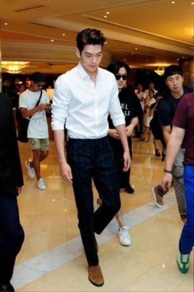 Với sức hút mãnh liệt mà không một ai có thể khước từ được,nam diễn viên, siêu mẫu Kim Woo Bin khéo léo khoác chiếc sơmi trắng kinh điển, quần tây kẻ sọc và giày brogues thời thượng.
