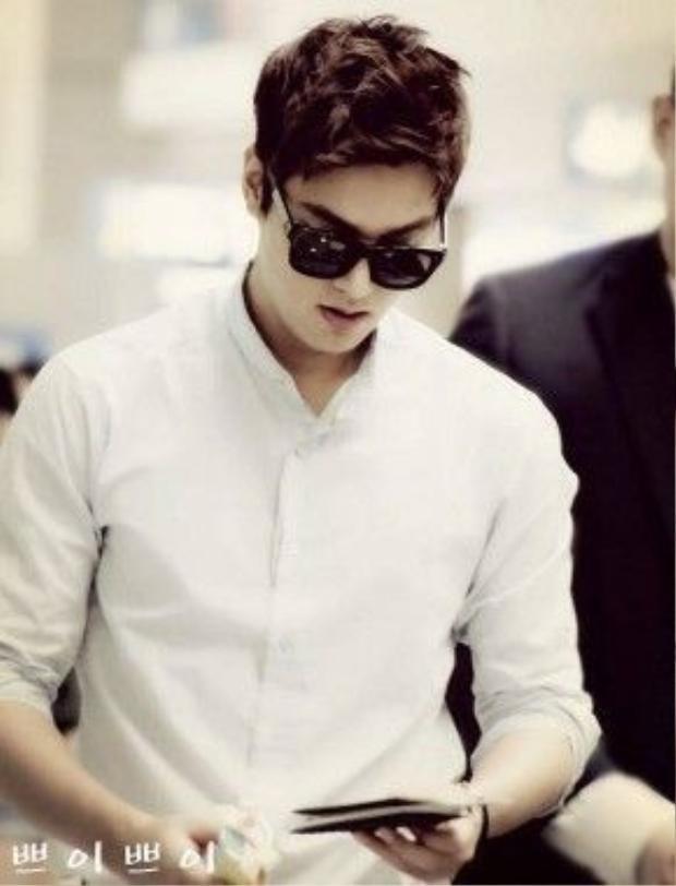 Lee Min Ho cũng chính là mỹ nam nghiện sơmi trắng! Chiếc áo sơmi trắng cổ trụ, phom dáng rộng, thoải mái đi cùng cặp mắt kính đen wayfarer ngoại cỡ cực ngầu khiến anh chàng càng thêm thu hút khi ra sân bay.