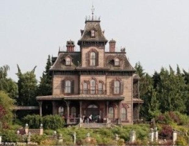 """""""Ngôi nhà quỷ ám"""" Phantom Manor - nơi phát hiện xác chết nạn nhân."""