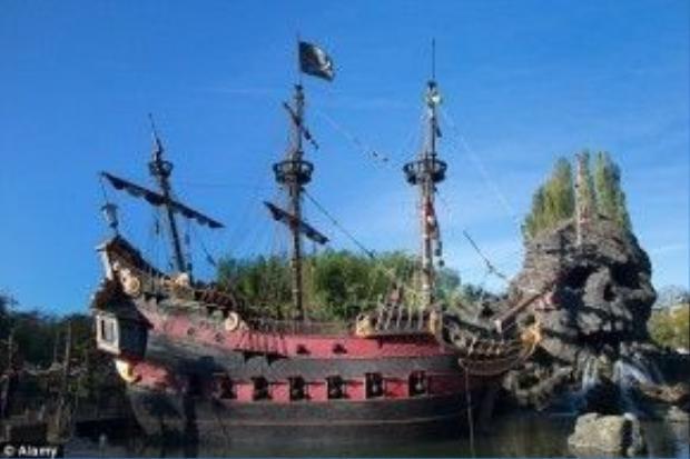 Năm 2013, một bé trai 5 tuổi đã qua đờitại bệnh viện sau khi rơi rakhỏi con thuyền Cướp biển Caribbean(Pirates of the Caribbean)trong công viên này.