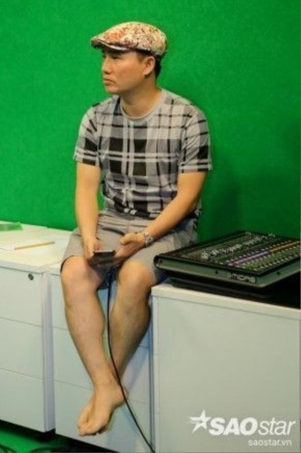"""Chăm chú lắng nghe các thí sinh của mình luyện tập, HLV Quang Linh cũng không quên truyền đạt cho các thí sinh """"bí kíp"""" để hoàn thành tốt phần trình diễn của mình."""