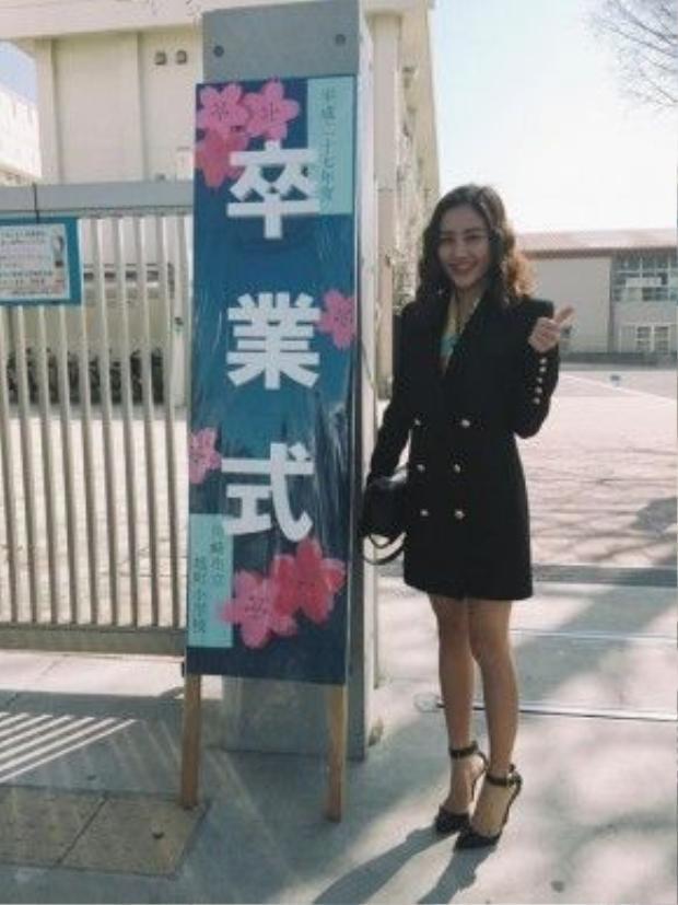 Văn Mai Hương thích thú dự lễ tốt nghiệp của em gái.