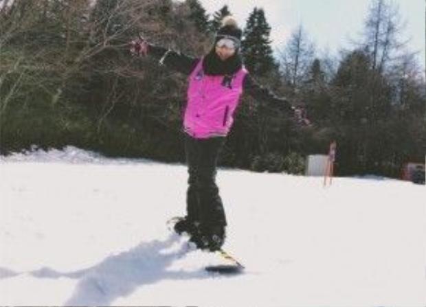 Lần này, Văn Mai Hương lần đầu tiên trải nghiệm việc trượt tuyết ở Fuji.