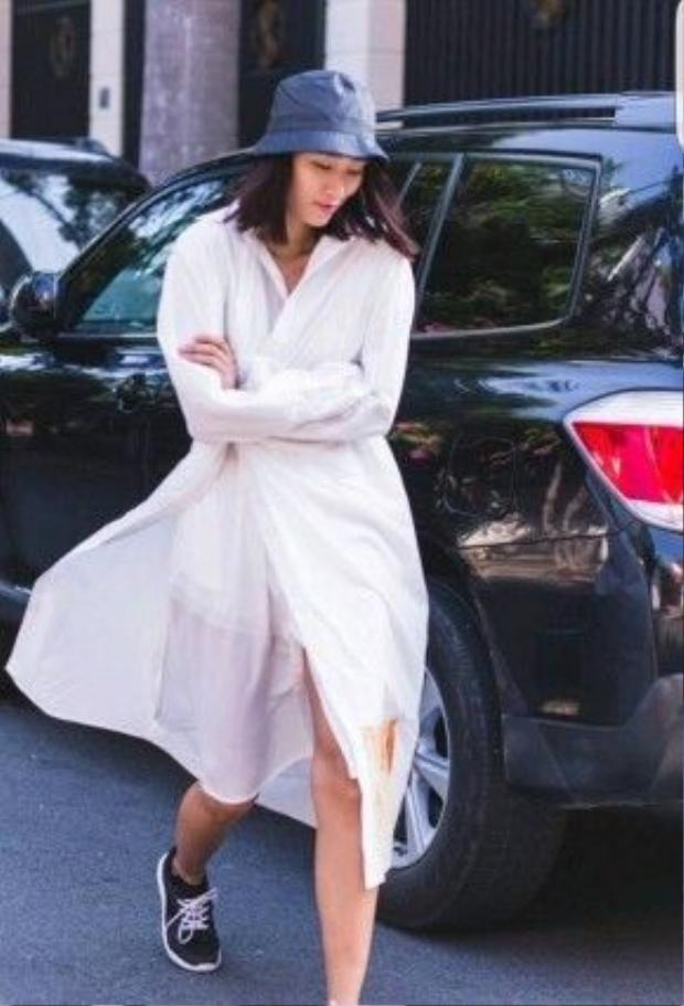 Người mẫu Trang Khiếu cũng chưa bao giờ gây thất vọng cho giới thời trang lẫn người hâm mộ nhờ luôn đi theo xu hướng mới nhất, nhanh nhất nhưng được làm mới lại theo phong cách bản thân. Hoang dại, đường phố, đậm chất grunge, chính là những tính từ diễn tả chiếc áo sơ mi ống tay phá cách của cô nàng.