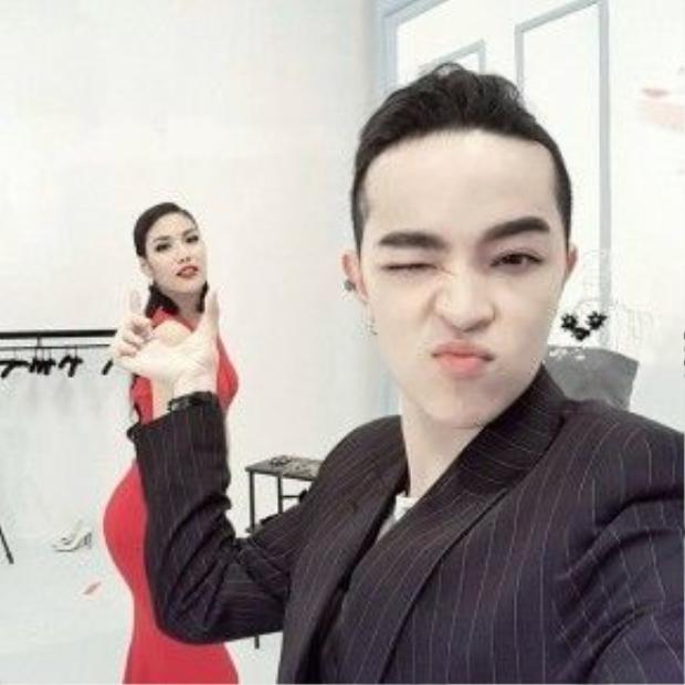 Lan Khuê cùng fashionisto Kelbin Lei đùa vui trong hậu trường buổi chụp hình, đôi khuyên tai trái ngược màu với chiếc đỏ khiến nó càng nổi bật hơn và giúp Lan Khuê đẹp si mê.