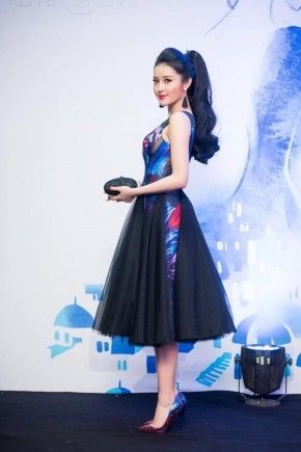 Huyền My tại một sự kiện tại Hà Nội, cô chọn khuyên tai tua rua màu đen đơn giản hợp gu cùng thiết kế đầm xòe cùng tông màu.
