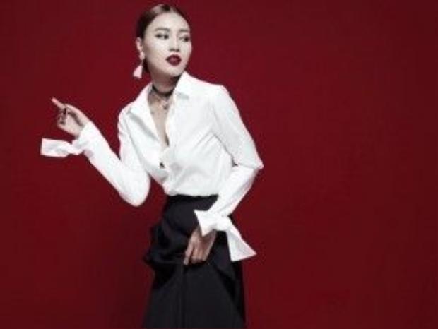 Ninh Dương Lan Ngọc đẹp tuyệt đối với cả set đồ và tất nhiên khuyên tai tua rua chính là chìa khóa tạo nên sự hoàn hảo cho cô trong bức hình thời trang này.