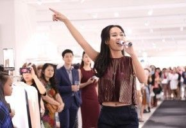 Nữ ca sĩ cùng trang phục bắt mắt đã có màn trình diễn cực ấn tượng tại sự kiện.