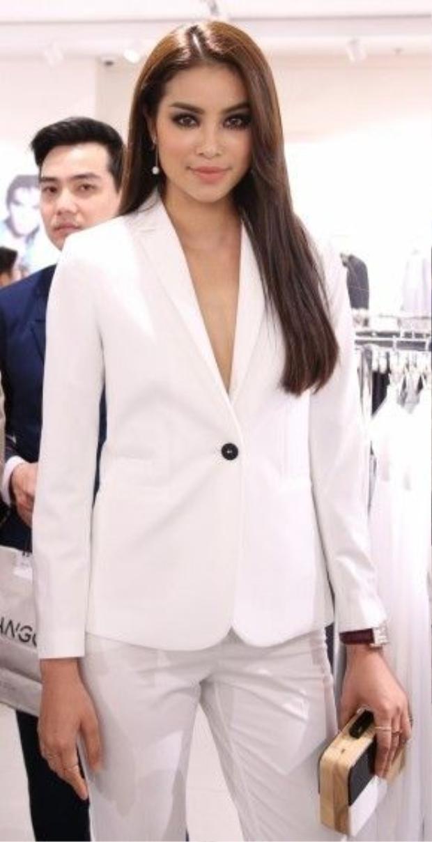 Hoa hậu Phạm Hương khoe gu thời trang thanh lịch trong bộ suit trắng sang trọng.