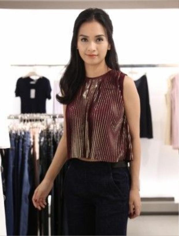 Ca sĩ Phan Lê Ái Phương trẻ trung, phong cách với mẫu croptop xếp li ánh kim nổi bật.