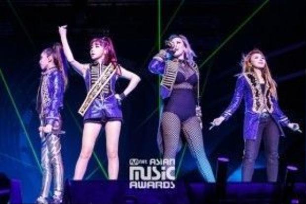 MAMA 2015 - sân khấu cuối cùng với đội hình 4 thành viên của 2NE1.