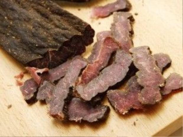 Biltong, Nam Phi: Biltong giống món bò khô. Tuy nhiên, ở Nam Phi, người dân sử dụng nhiều loại thịt để làm biltong, từ thịt linh dương kudu, linh dương đầu bò tới đà điểu. Món này có vị cay hấp dẫn, rất hợp để uống bia. Ảnh: Business Insider.