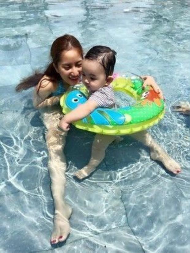 Mặc dù bận rộn với công việc, nhưng Khánh Thi luôn ưu tiên dành thời gian để chăm sóc con trai nhỏ.