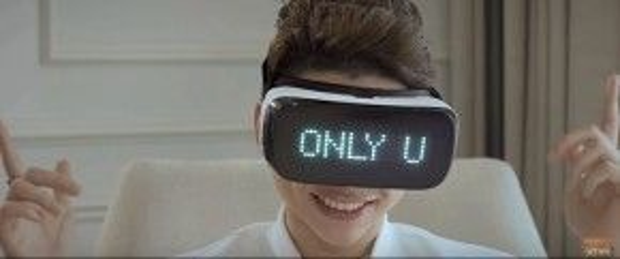 Trong MV, Hoàng Tôn đã đeo món quà được tặng này là chiếc kính VR (thực tế ảo) và nhìn thấy những hình ảnh người con gái làm anh xao xuyến. Mọi thứ hiện lên vừa mơ hồ, lãng mạn, lại cực kì chân thực.