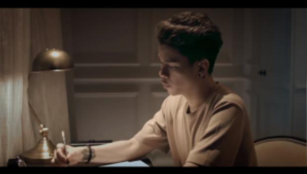 Tạo hình của anh chàng trong MV cũng nhận được lời khen từ người hâm mộ như một sự lột xác về hình ảnh.