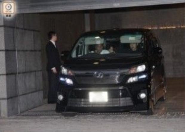 Xe chở Song Joong Ki luôn bị theo sát.