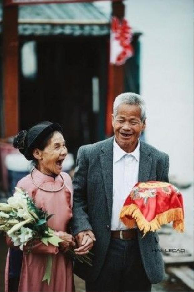 Nụ cười trong ngày cưới của đôi vợ chồng già khiến bao trái tim tan chảy.