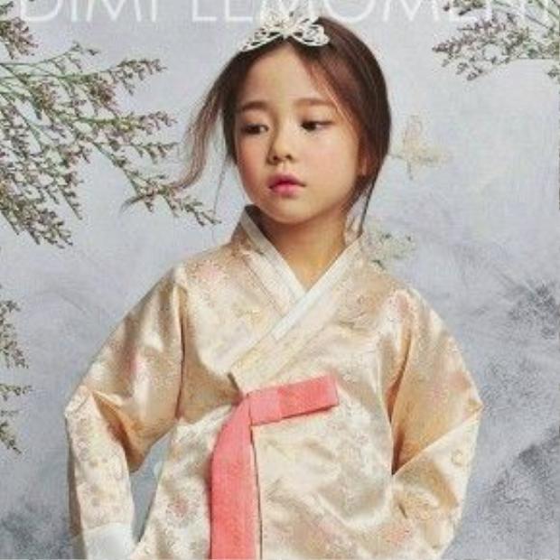Hwang Sieun mới đây xuất hiện trong bộ hình mới nhất với khuôn mặt vô cùng dễ thương và ánh mắt thu hút người nhìn.
