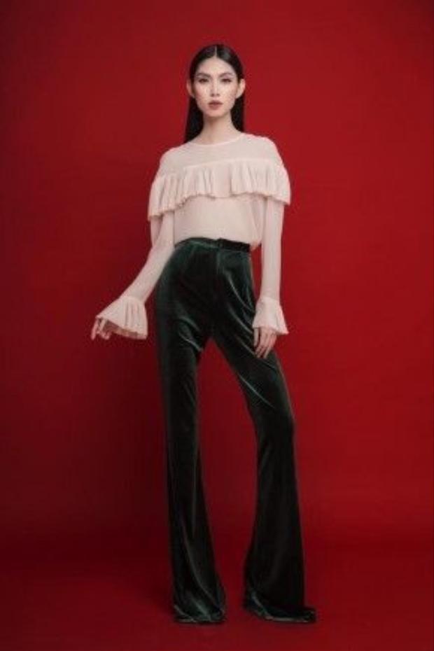 Kiểu áo sơ mi nhún bèo này được may bằng nhiều chất liệu chủ yếu là vải voan mỏng nhẹ. Nếu bạn là người đam mê thời trang yêu thích style retro, thì cách phối hợp của người mẫu Tyhd Thùy Dương sẽ là gợi ý hay ho dành cho bạn. Cô nàng đã mix chiếc áo cùng quần cạp cao dáng loe chất liệu vải dạ nhung không thể nào trộn lẫn với ai, một style riêng biệt đậm nét thời trang thập niên 70s.