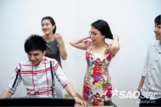 HLV Cẩm Ly cũng sẵn sàng hỗ trợ các thí sinh đội Đan Trường biểu diễn.