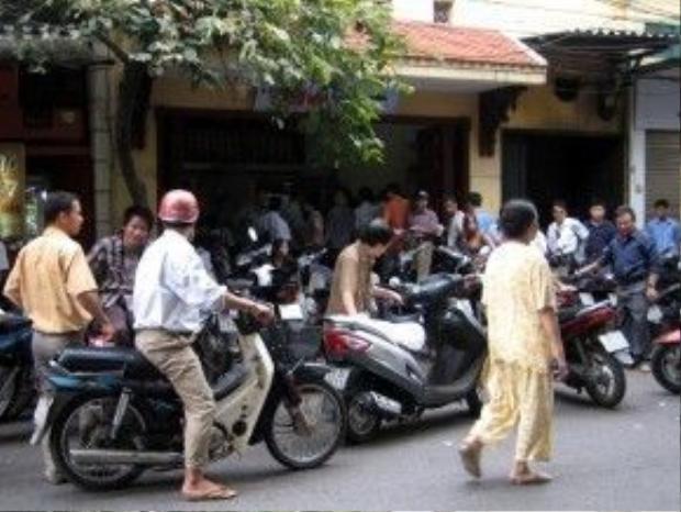 Vào các buổi sáng cuối tuần, phở Bát Đàn thường có rất đông khách, đứng tràn ra cả lòng đường.