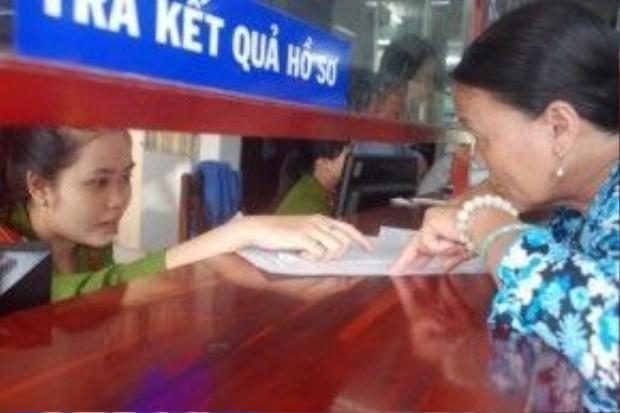 Khi đưa vào ứng dụng việc trả lời kiến nghị cho dân và du khách sẽ nhanh chóng hơn. Trong ảnh người dân hỏi thủ tục hành chính ở quận Thanh Khê, Đà Nẵng.