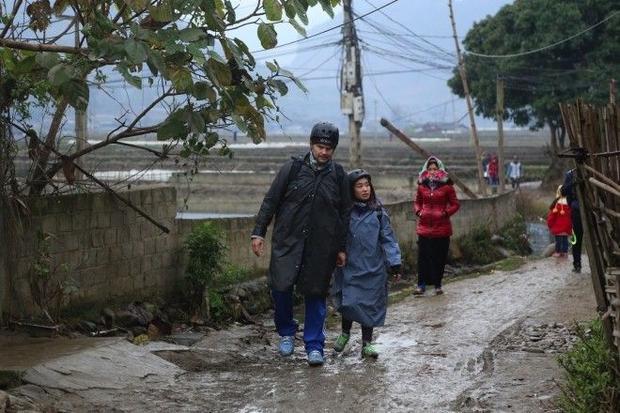 Các tay đua run cầm cập, đu dây vượt suối trong thời tiết khắc nghiệt