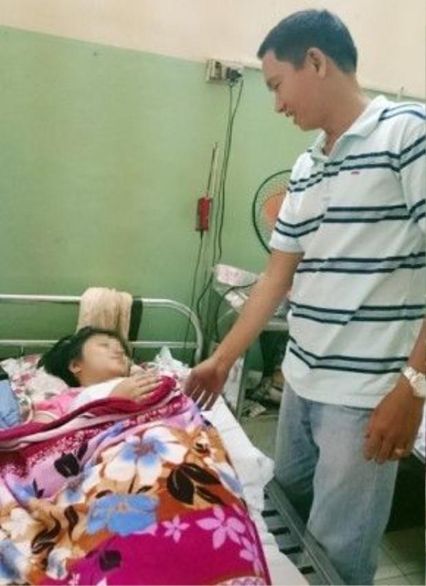 Bé Lan và anh Trung tại thời điểm điều trị ở bệnh viện Quân Y 175.