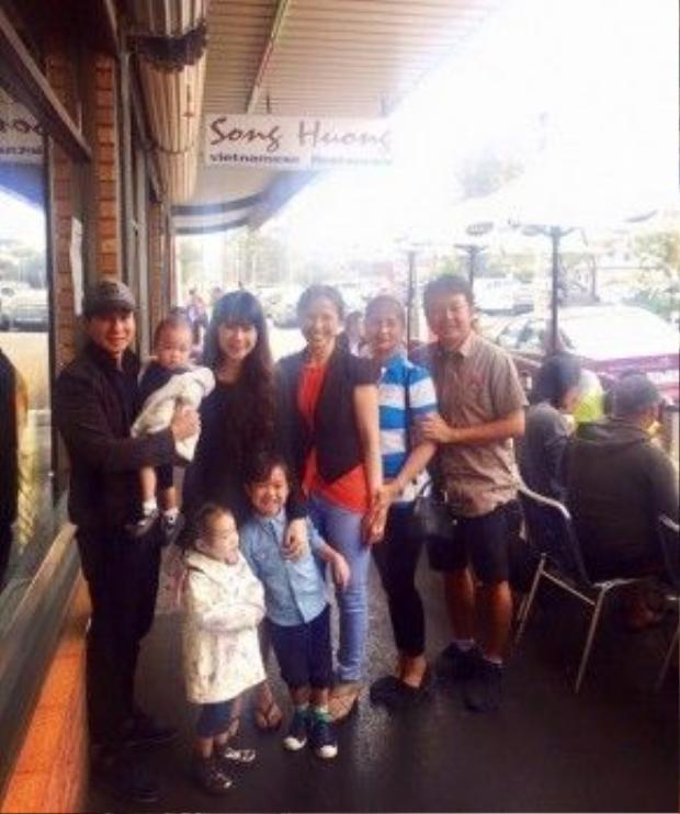 Gia đình Lý Hải chụp ảnh lưu niệm trước cúa quán.