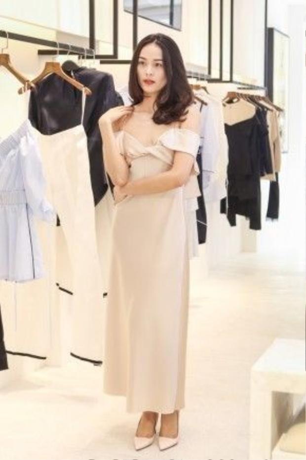 Những thiết kế mới nhất của Lâm Gia Khang với vẻ ngoài nữ tính, đáng yêu khiến cả hai mỹ nhân không khỏi thích thú.