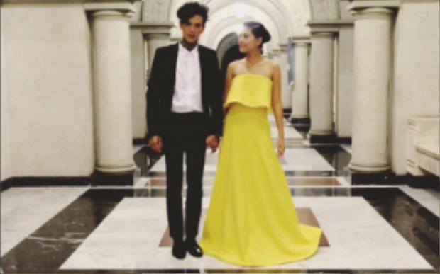 Màu vàng khiến cô tôn lên được làn trắng sáng với đầm cup ngực khoe vai trần quyến rũ bên bạn trai siêu mẫu bảnh bao.