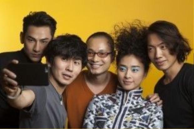 Ekip đồng hành cùng L'officiel số tháng 4 từ trái qua. Ca sĩ: Isaac (365), make up & hair: Tùng Châu, Giám đốc sáng tạo : Dzung Yoko, model: Ngô Thanh Vân, stylist: Alex Fox.