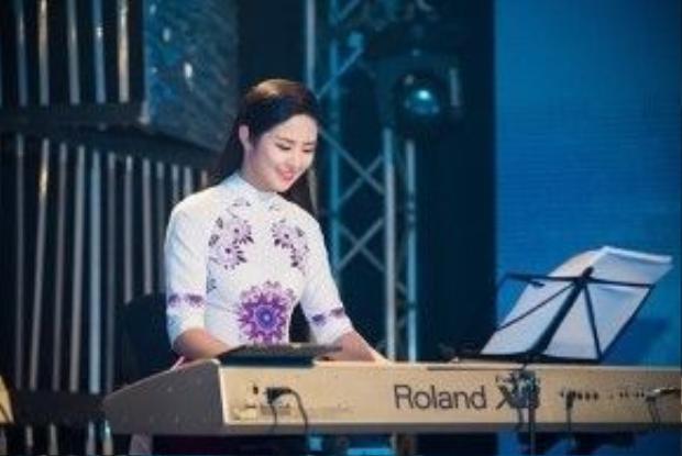 Sau phần giao lưu, Ngọc Hân còn trổ tài chơi piano ca khúc Trót yêu.