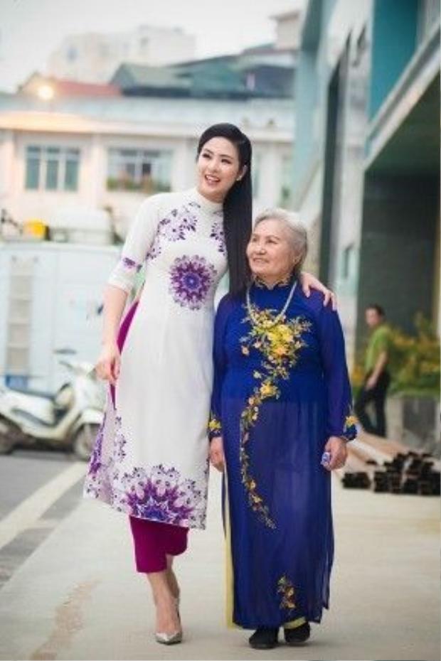 Khi tới ghi hình, Ngọc Hân và bà ngoại đều lựa chọn trang phục áo dài, nằm trong BST Chim công do hoa hậu thiết kế, vừa ra mắt cách đây ít ngày.