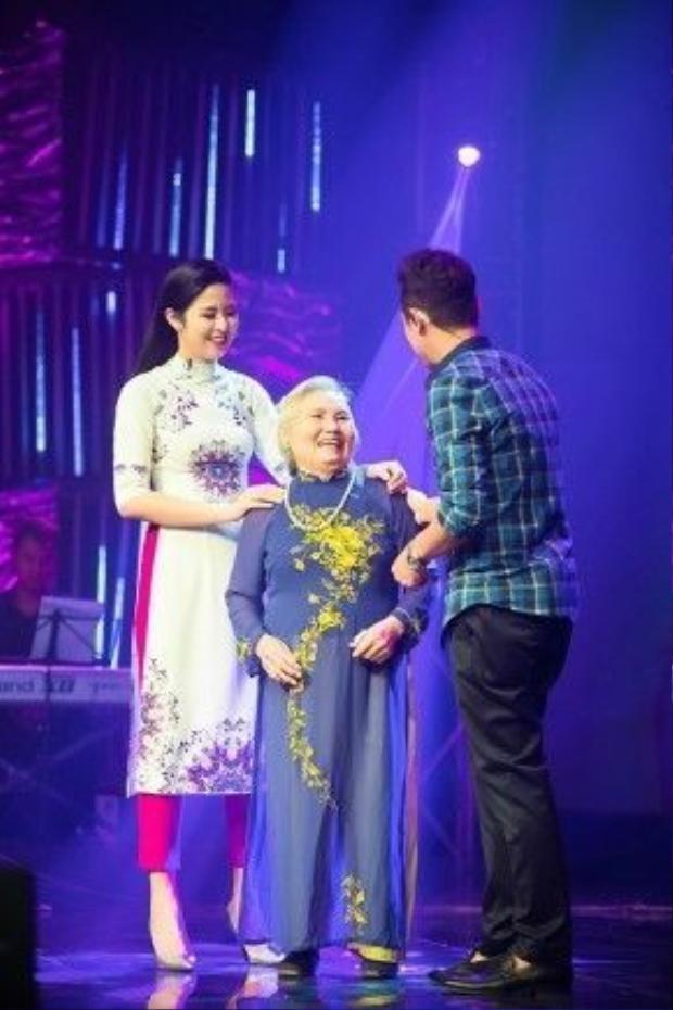 Đặc biệt, MC Anh Tuấn cùng với ê-kíp chương trình đã tặng một món quà bất ngờ cho Ngọc Hân khi bí mật mời bà ngoại cô xuất hiện trên sân khấu.