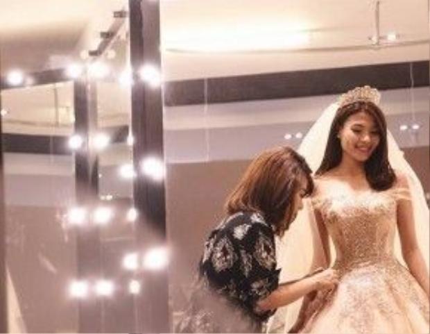 Cô dâu Thúy Diễm vô cùng xinh đẹp trong bộ váy cưới của NTK Anh Thư.