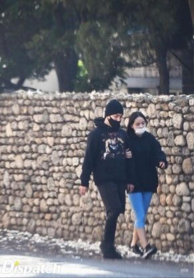 Dù ăn mặc giản dị nhưng cặp đôi vẫn bị nhiều người nhận ra.