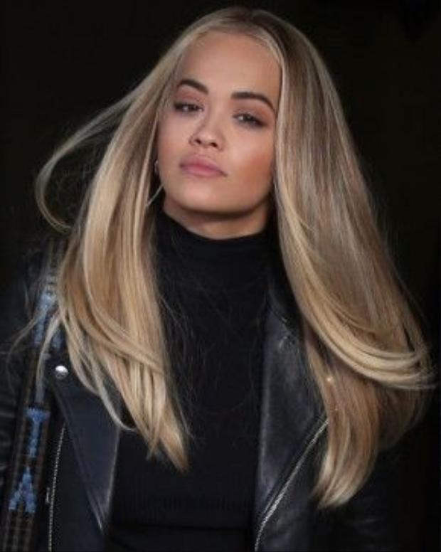 Rita Ora thôi miên ánh nhìn bởi kiểu tóc ombre nâu vàng.