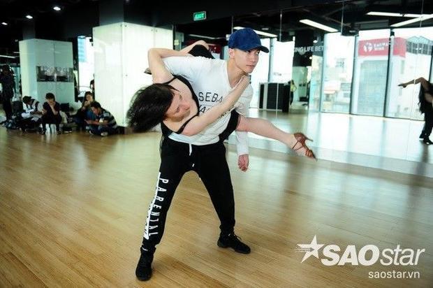 S.T (365) tung chiêu trên sàn tập cùng nữ vũ công chuyên nghiệp nhất thế giới